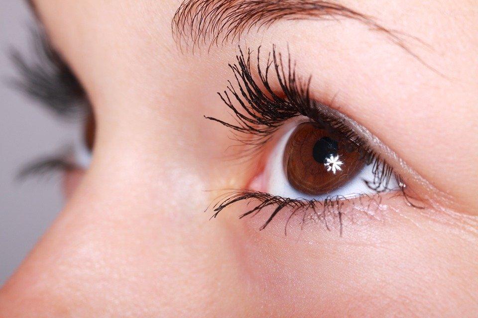 Oční okolí o nás může mnohé prozradit. Víte jak o něj správně pečovat?